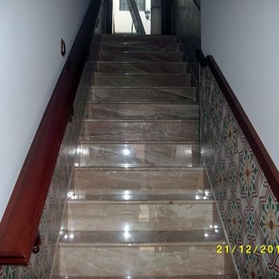 Escalera de mármol Daino Real y azulejos Hidraulicos