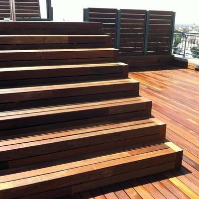 Escalera de obra revestida con madera de IPE