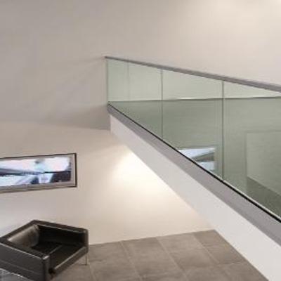 Barandilla de vidrio con pasamano de acero