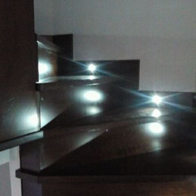 Escalera en madera de iroko con luces led