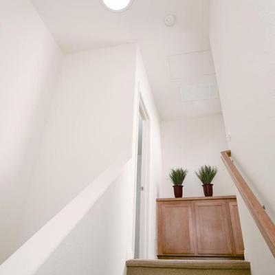 Escalera interior con luz del día