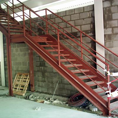 escalera interior en nave Montcada.