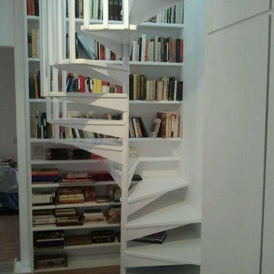 Escalera libreria lacada en blanco