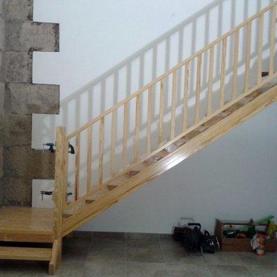 escalera para subir a un desván