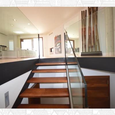 vista escalera y salón chalet