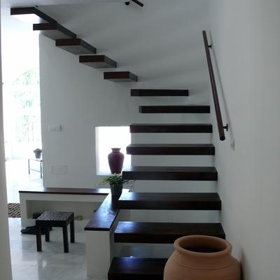 Escalera volada en madera.