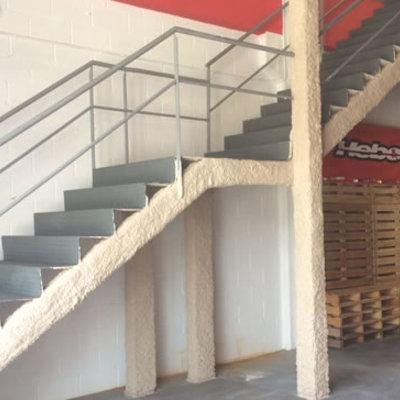 Mortero proyectado  de Perlita y Vermiculita sobre estructura metálica de escaleras