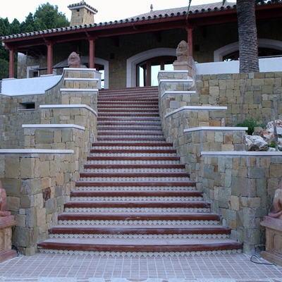 Escaleras rusticas , con marmol y mamperlanes de madera