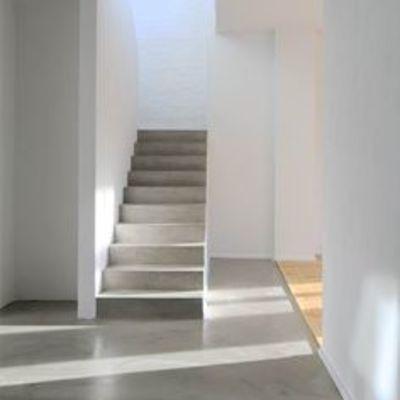 Aplicación de microcemento en escaleras y vestíbulo de vivenda