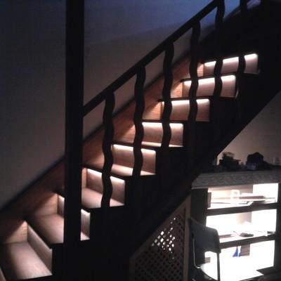 escalones con iluminación led, escalera en iroko con barandilla a juego