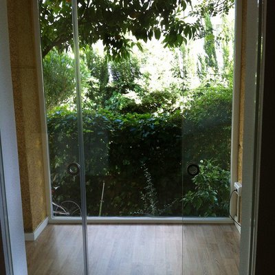 estancia con vista a jardín
