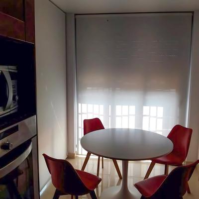 Cortinas enrollables en cocina apartamento de playa