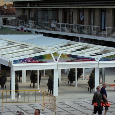 Estructura con toldos planos plegables en Torremolinos