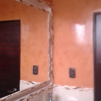 Baño alicatado y decorado con estuco veneciano con cera.