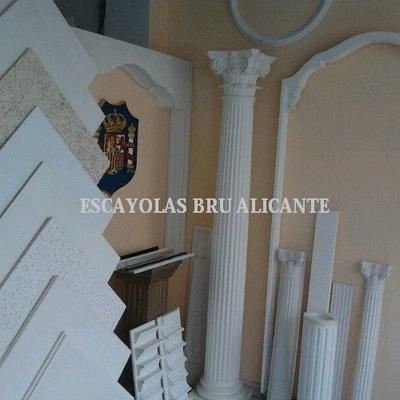 exposición de diferentes modelos de placas y perfiles para techos desmontables en Santa Pola (Alicante)