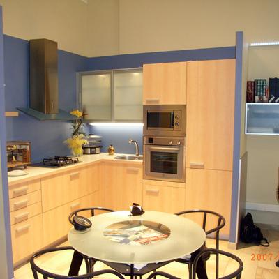 Exposicón Cocina y mesa de reunión con los clientes
