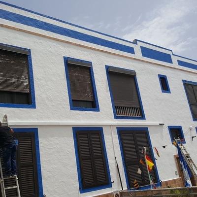 pintura exterior y revestimiento edifico al lado del mar