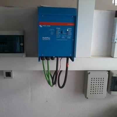 Inversor / cargador en instalación fotovoltaica aislada.