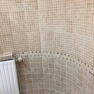 Baño alicatado en curva