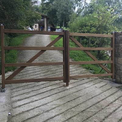 Puerta de madera entrada a casa