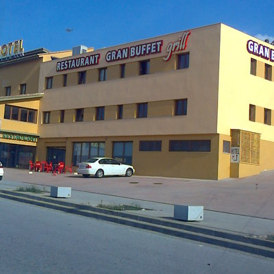 façana de un hotel i restaurant acabada