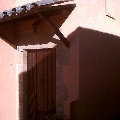 Fachada casa antigua en la localidad de Seva
