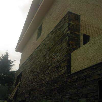 fachada de pizarra y ladrillo rustico