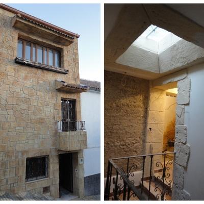 Fachada tematizada y detalles de sillares irregulares en interior de vivienda