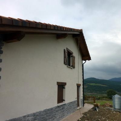 fachada lateral vivienda unifamiliar en el valle de erro