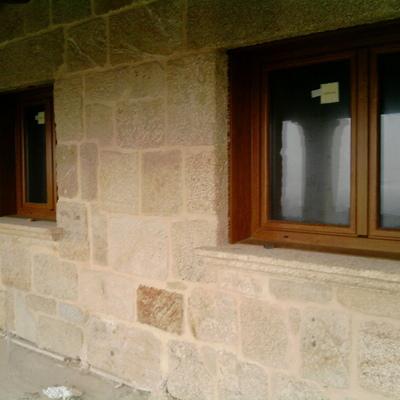 Fachada principal de casa de piedra país