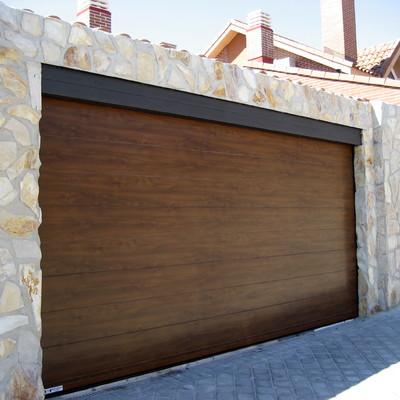 Factorydoor puerta seccional imitación madera lisa oscura