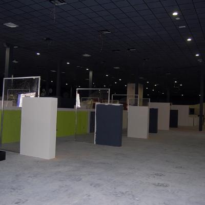 falso techo y particiones exposición muebles