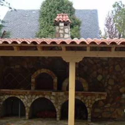 Porche de madera,horno y barbacoa y colocacion de piedra