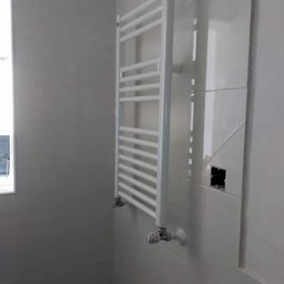 toallero en baño, calefaccion empotrada