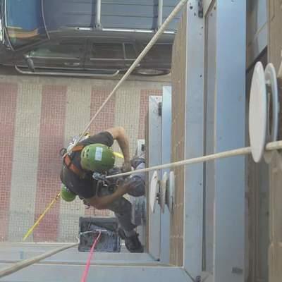 Sellado de juntas en ventanales con masilla de poliuretano para impermeabilizar vias de agua
