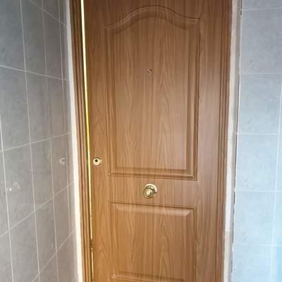 Cambio de puerta antigua de entrada, por una blindada