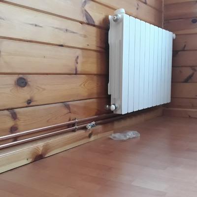 calefación para casa de madera con tuberia vista.