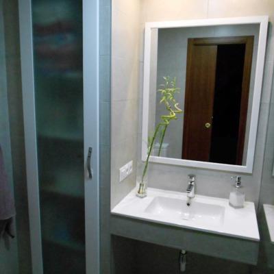 baño moderno con armario y lavabo in situ