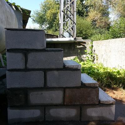 Escalera de acceso a un tanque de gas en bloque de cemento