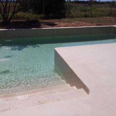 foto 4MM_decoración de micro cemento en borde exterior de piscina