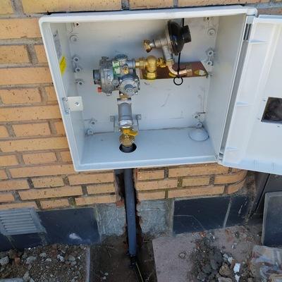 Foto armario regulación gas A6 y tallo acometida.