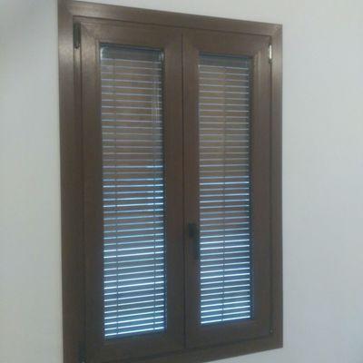 ventana con foliado acabado madera