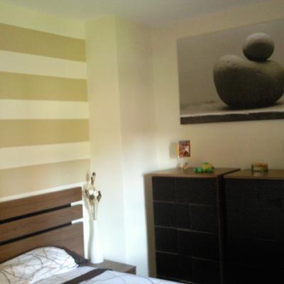 Cabecero con franjas horizontales en dormitorio