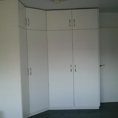 Armario de rincón con puertas abatibles.