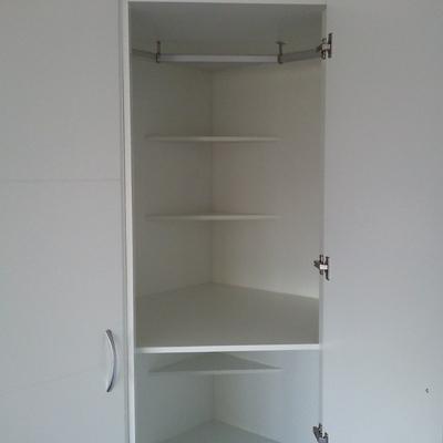 Interior de armario de rincón. Detalle del rincón.
