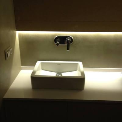 Detalle iluminación LEd en baño.