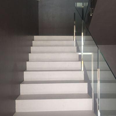 Paredes y escalera revestidas de microcemento