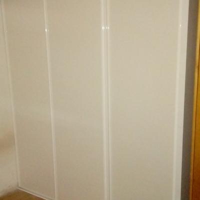 Armario empotrado con puertas correderas.
