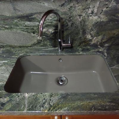fregadero de fibra color gris instalado bajo encimera de bancada en granito verde everglades with granito colores encimera