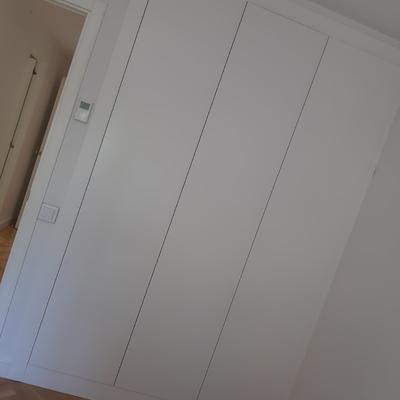 Frente armario lacado liso.